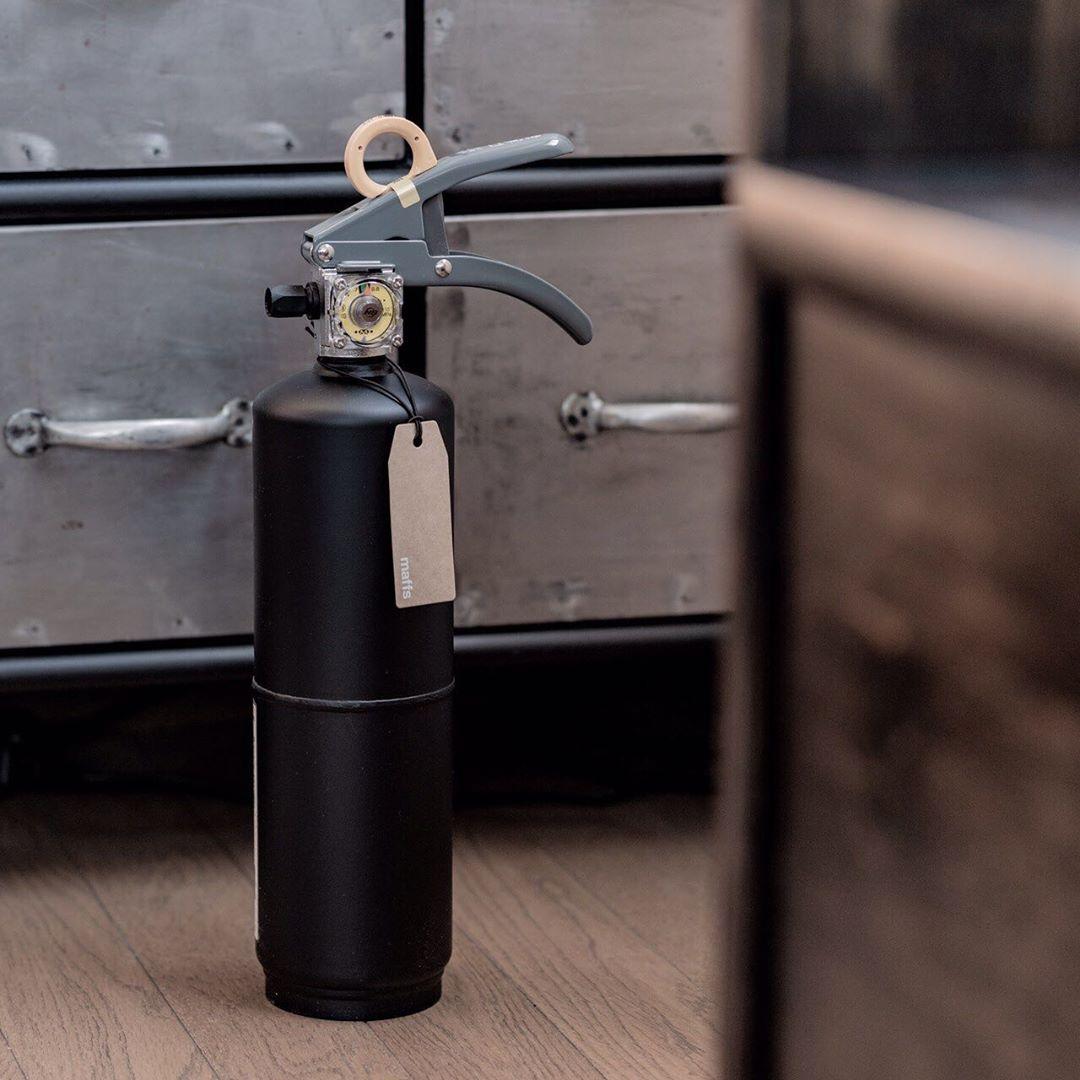 お酢が主成分の消火薬剤だから、後片付けがラク!玄関やリビングにも飾れる「モノトーンの住宅用消火器」|+maffs(マフス)