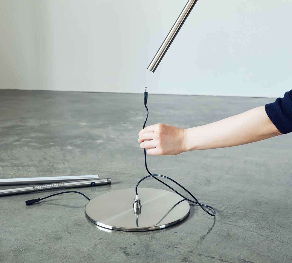 組み立ては、カンタン・シンプル(1) 目に優しい太陽光LEDで、読書の世界にどっぷり浸れる。直径2cmの「線」でできた、存在感を感じさせないフロアライト|Daylight - Slimline3