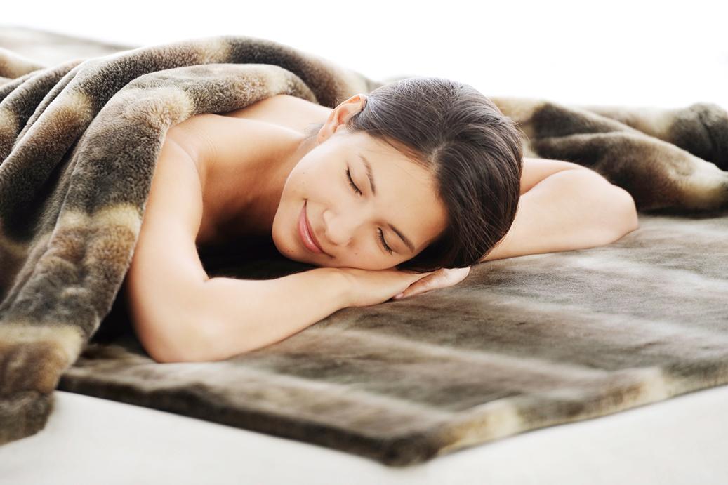 形の異なる2種類の繊維のあいだに、吸着熱を溜めこむ空気層をたっぷり含んでいるので、とびきり軽くて暖かい。なめらかさも実現した「掛け毛布・敷き毛布」|CALDONIDO NOTTE(カルドニード ノッテ)