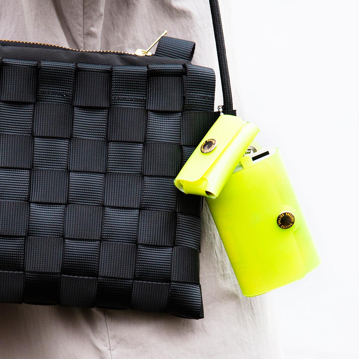 札入れとコインケースは別体で、ボールチェーンによって連結された「親子設計」のカラフルでクリアな「ミニ財布」|SALLIES
