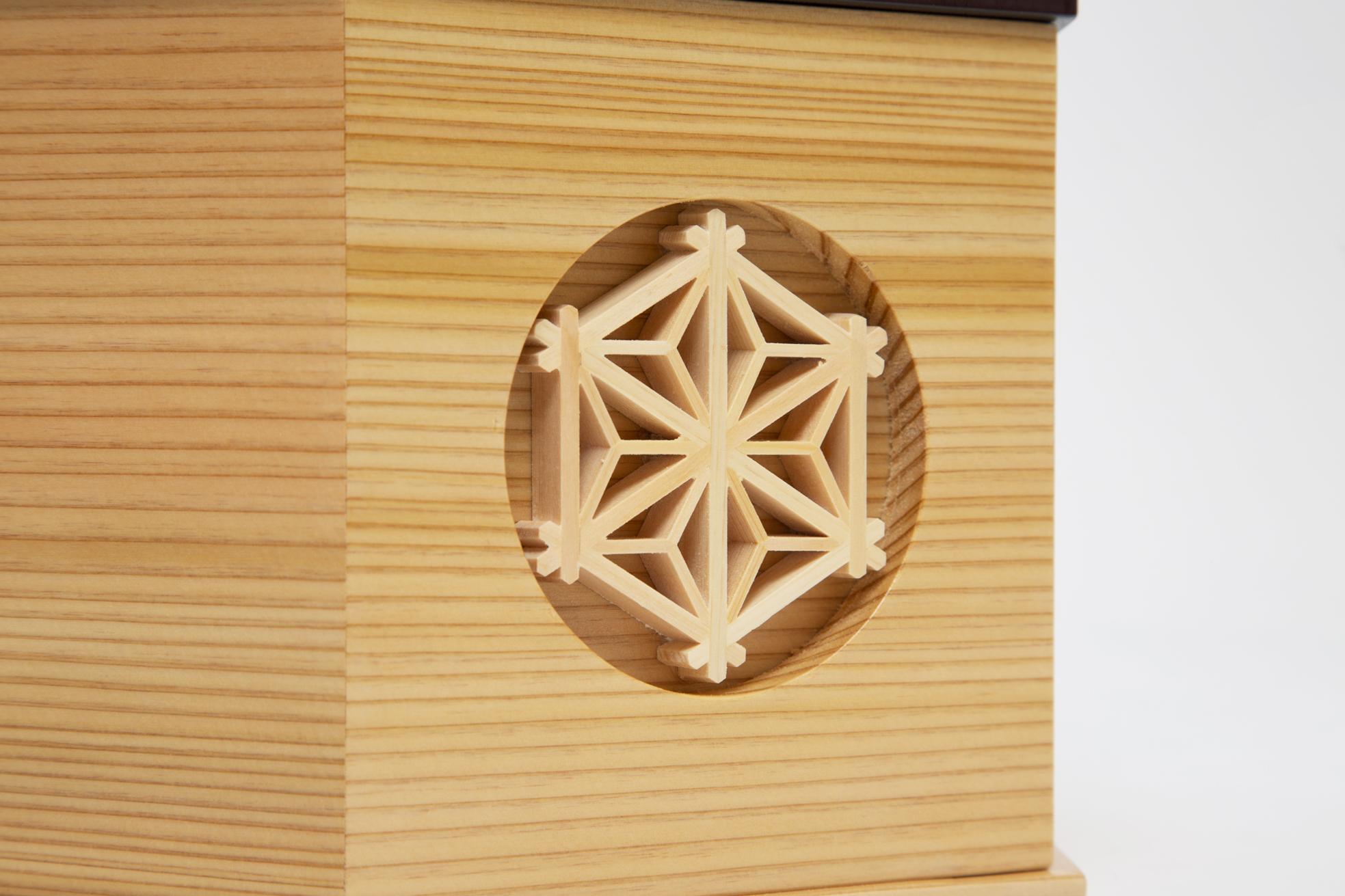 5. 麻の葉模様(収納箱中央):鹿沼組子細工|6つの日本伝統工芸をコンパクトにした、木目込の「プレミアム兜飾り」| 宝輝 | 柿沼人形