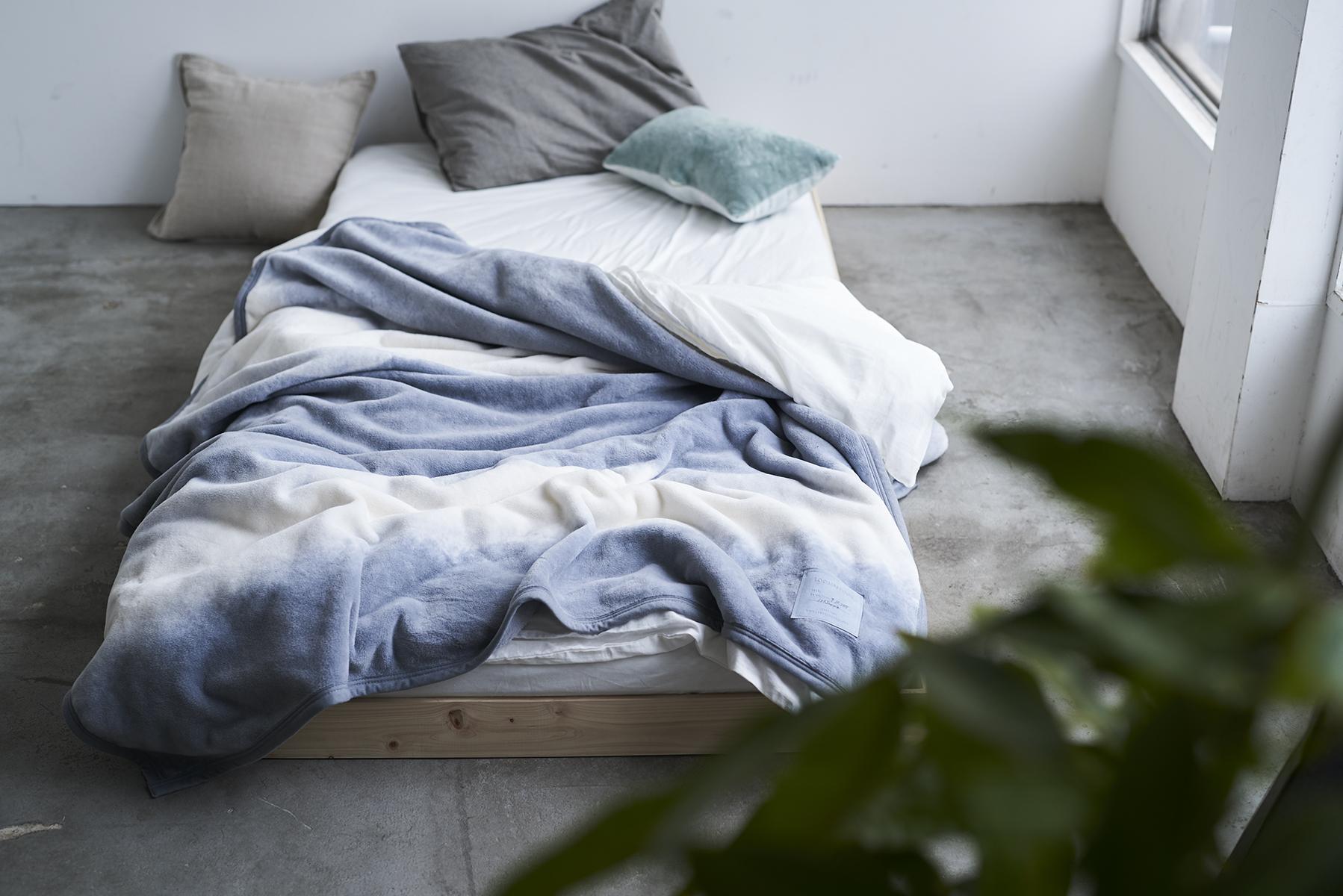 いつでも肌触りといい、軽さといい、自然のやさしさを感じる寝心地。寝室の空間をセンスよくお洒落でスタイリッシュにしてくれる。肌触りと寝心地の良さで夏も冬も気持ちいい!ニューマイヤー織の綿毛布|FLOOD OF LIGHT(フルード オブ ライト、光の洪水)|LOOM&SPOOL
