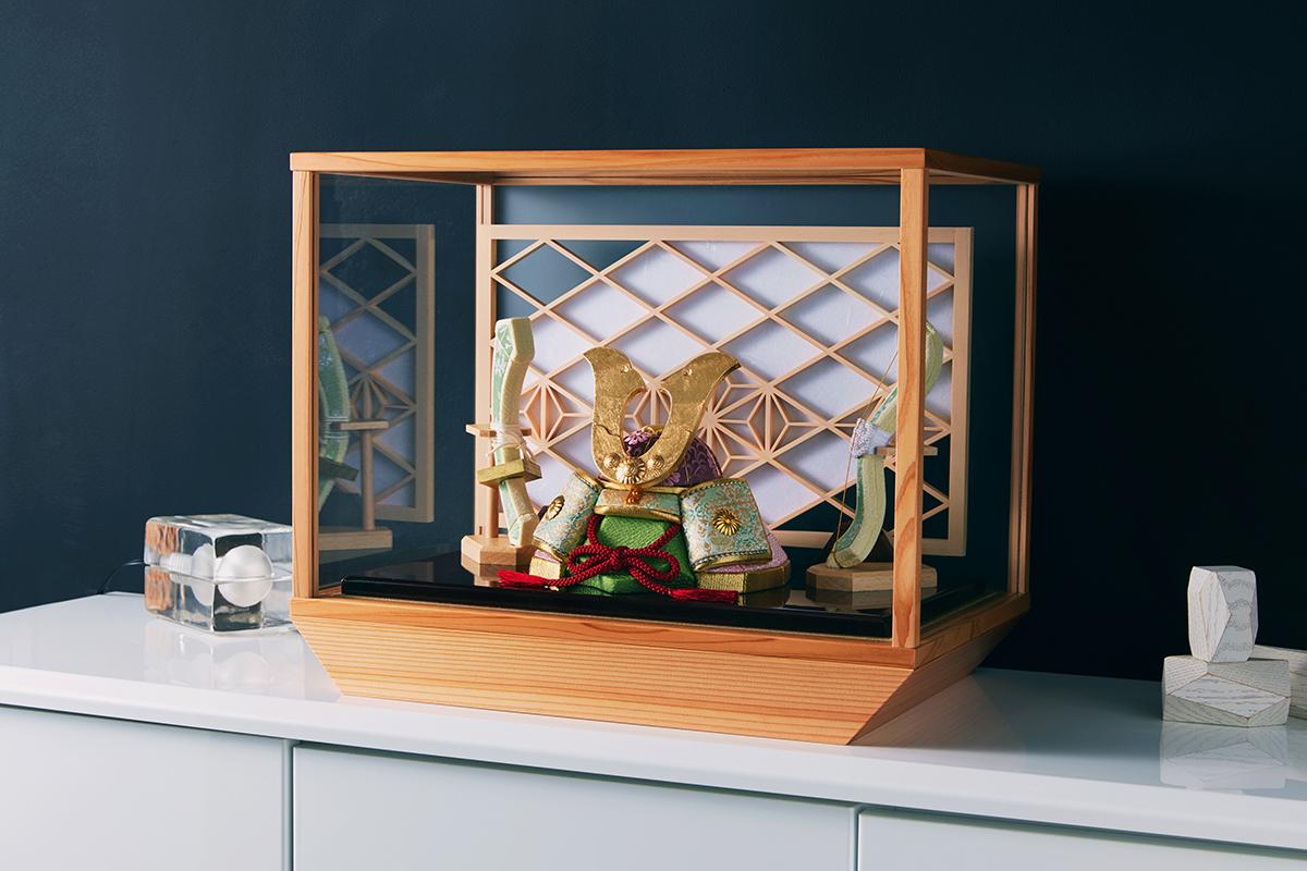 飾っても収納してもコンパクトだから、ご家族の集まるリビングのサイドボードや、ダイニングのカウンターに、気軽に飾っていただけます。日本伝統工芸をコンパクト・モダンにした「プレミアム兜飾り・五月人形」