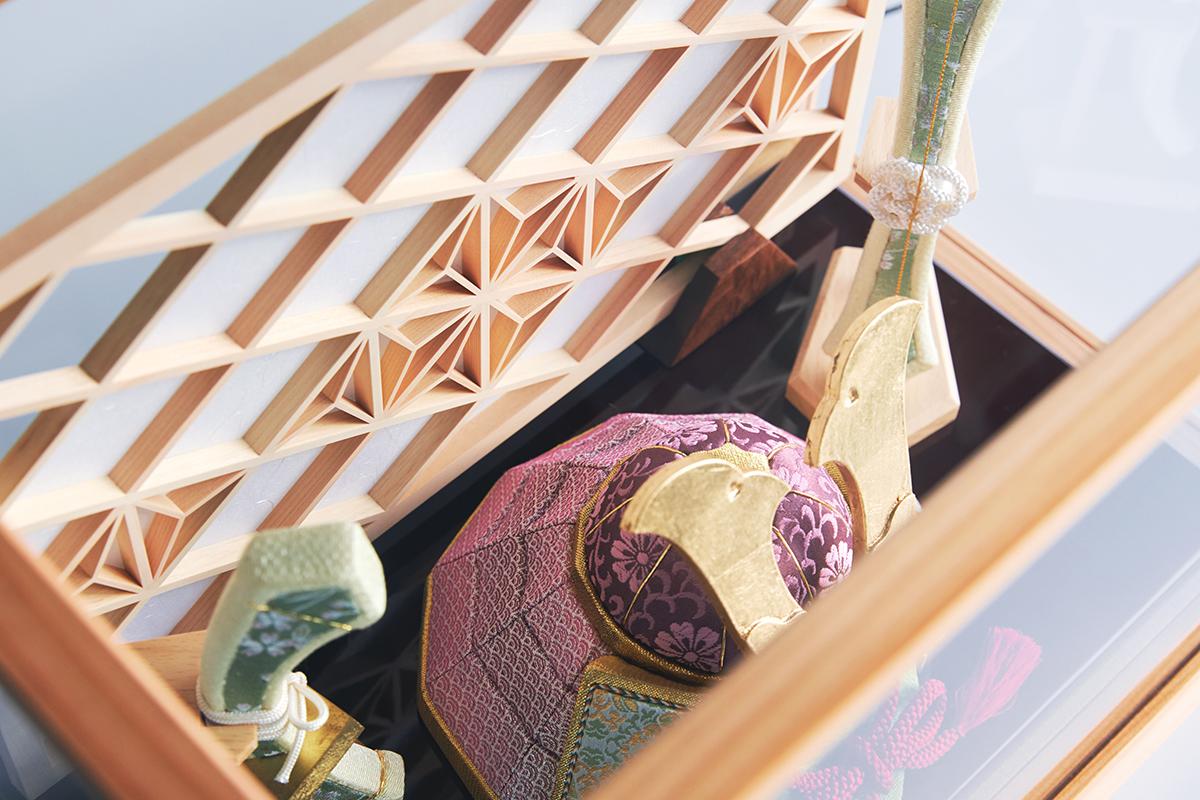 コンパクトでモダンな設計だから、マンション住まいでも軽やかに飾っていただけます。日本伝統工芸をコンパクト・モダンに。リビングや玄関に飾れる「プレミアム兜飾り・五月人形」