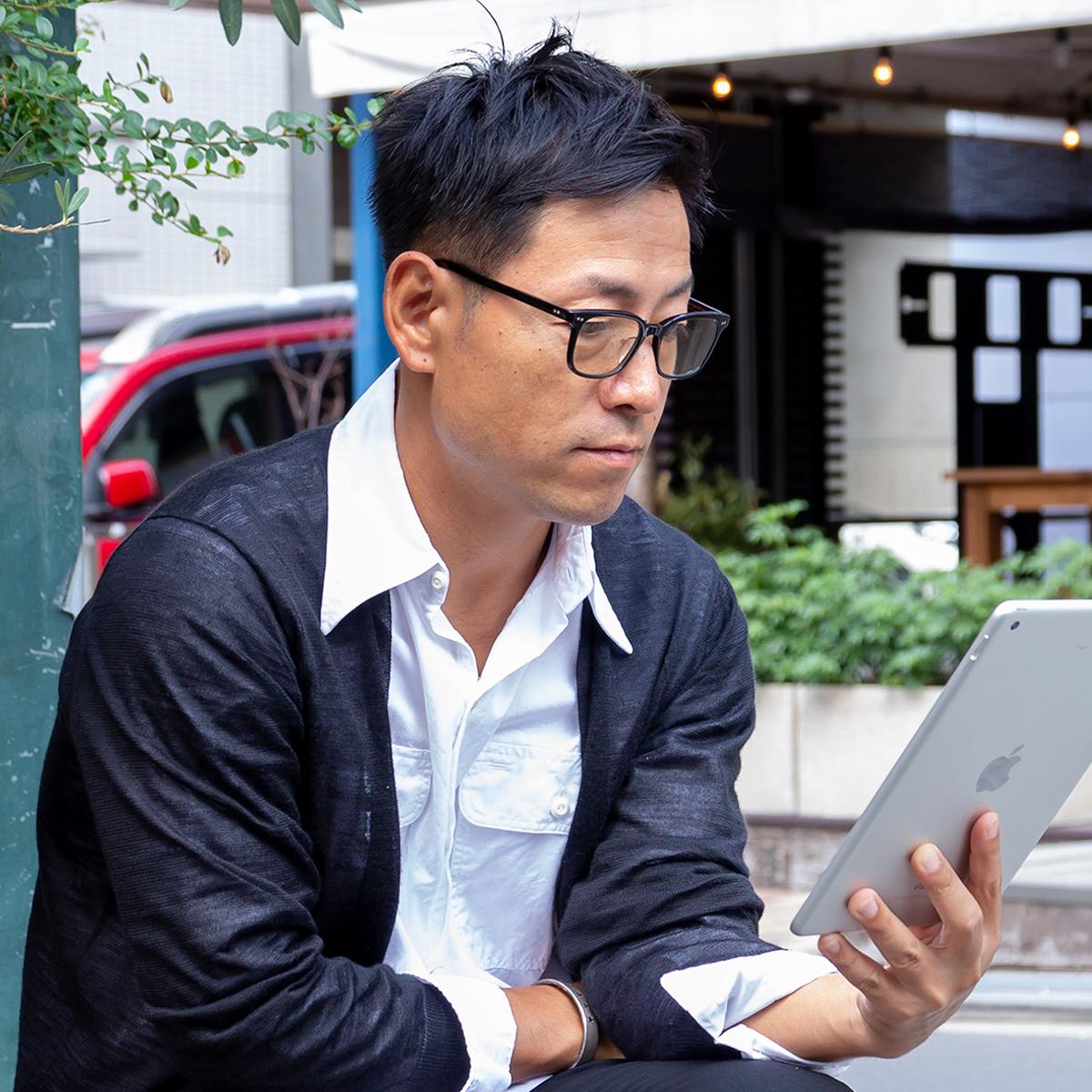 着けたままカフェや打ち合わせへ、ファッション感覚で身に着けられるお洒落なセルロイド製「老眼鏡」(MONOCOオリジナル企画)|LAUGHWRINKLES