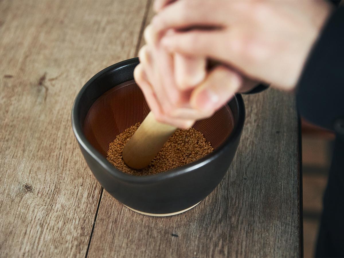 「音と香り」で、疲れた脳を心地よく刺激。鉢の中で玉子サンドやポテトサラダが完成!そのまま器になる石見焼のすり鉢とすりこぎ棒|もとしげ