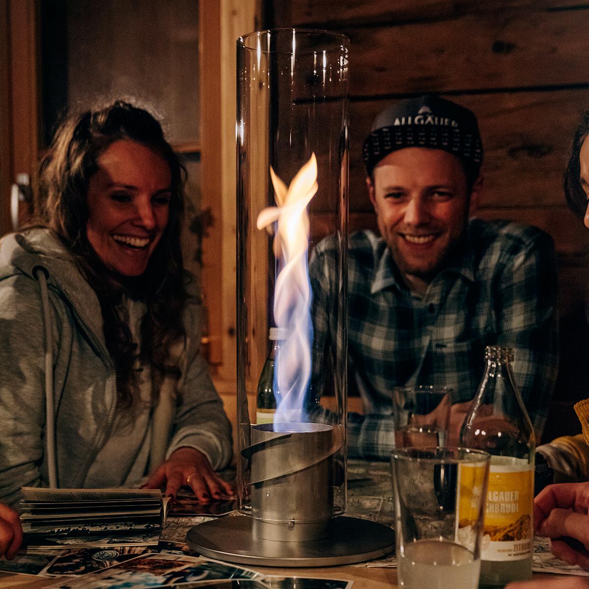 思わず自慢したくなる、その場の空気を一瞬で盛り上げるムードメーカー。煙突効果で炎が廻りながら上昇!煙が出にくい安全燃料の「テーブルランタン&ガーデントーチ」|Hofats SPIN(ホーファッツ スピン)