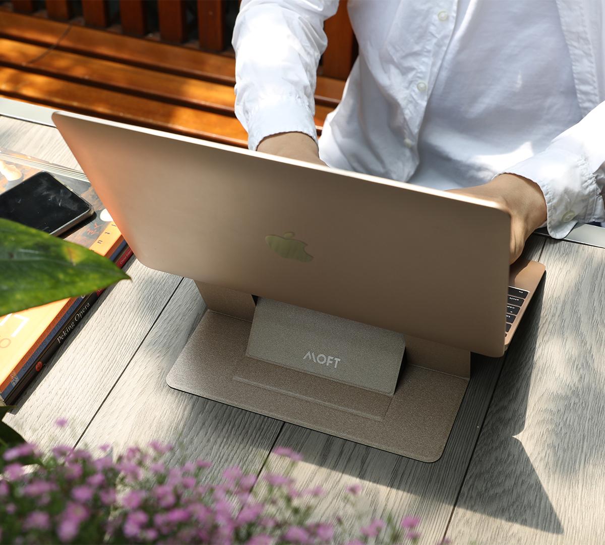 軽量&極薄でシームレスな「ノートPC一体型スタンド」。目線が上がり姿勢が楽々、タイピングも快適になる薄さ3ミリの「ノートPCスタンド」|MOFT(モフト)