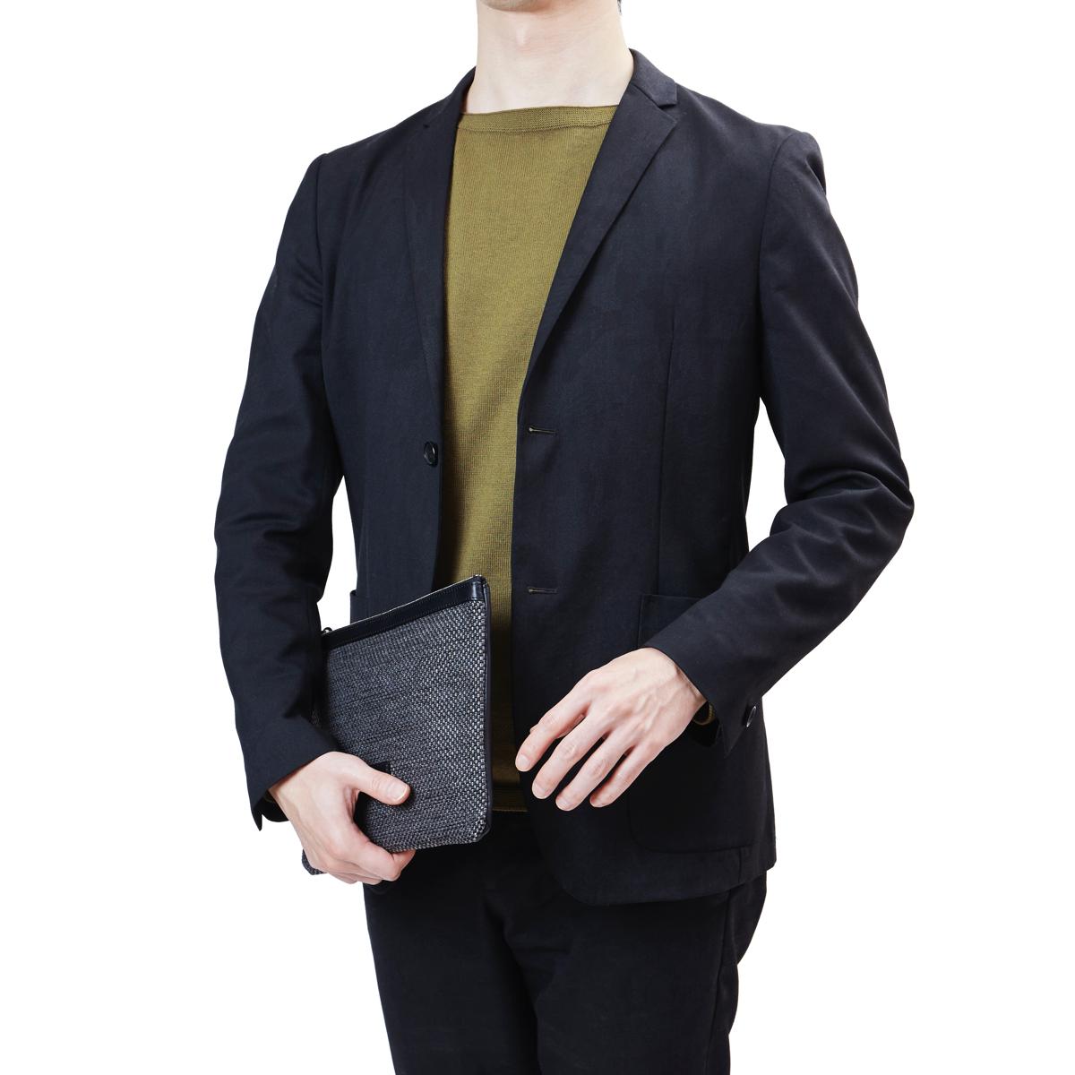 ジャケットに合わせたメンズ革ポーチ yuhaku