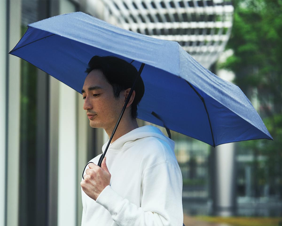 水はじきもバツグン!ナノクラスに微粒子化させた撥水剤を、傘生地の繊維にしっかりと浸透。「ワンタッチ開閉式折りたたみ傘」|VERYKAL