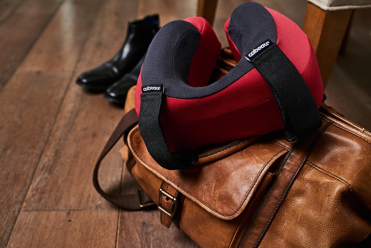 ポーチにもストラップベルトがついているので、機内持ち込みのバッグや、家のフックにぶら下げておける。丸めて運べてすぐに使えるトラベル枕|cabeau