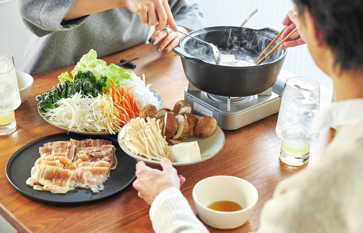 お家で地鶏の王様名古屋コーチンを楽しめ、シメの雑炊やラーメンも感動するおいしさだから、最後の一滴まで堪能できる。飲めるポン酢&特製だし付き「名古屋コーチンしゃぶしゃぶセット(もも肉・むね肉)」|錦爽(きんそう)|丸トポートリー食品