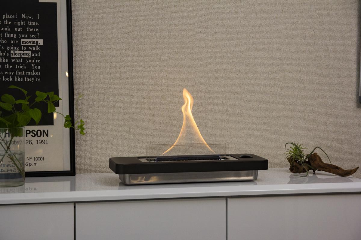 サイドボードやコーヒーテーブルに置いて、一人で、パートナーと二人で、ゆったり眺めるのもおすすめ。安全な専用オイル使用で、煙が出ない、テーブルに置ける「焚き火」|LOVINFLAME