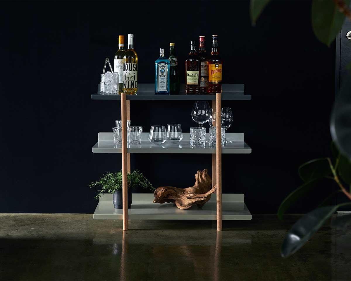 グラスとお酒、スニーカーや帽子、フィギュアといったコレクションに。色違いの棚板を入れ替えるたびに、新鮮な空間づくりができる「シェルフ(棚)」DUENDE Marge Shelf(デュエンデ マージ シェルフ)