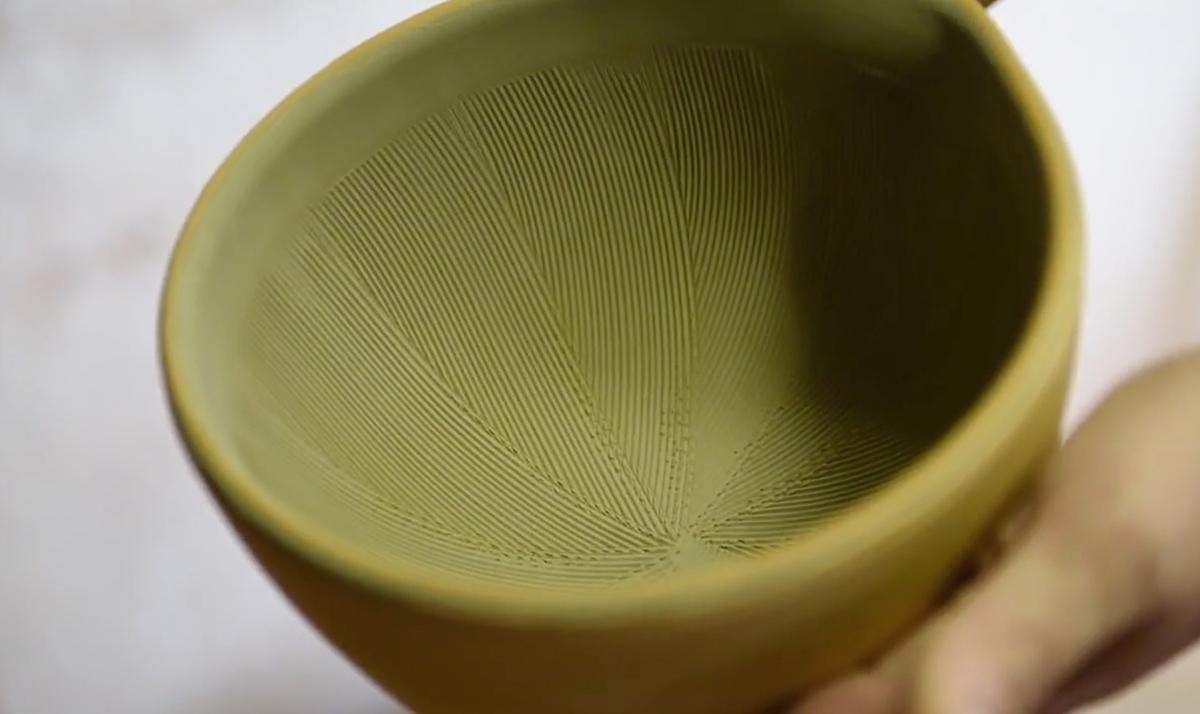 来待石は粉にすることで溶けて釉薬になるという、珍しい性質。鉢の中で玉子サンドやポテトサラダが完成!そのまま器になる石見焼のすり鉢とすりこぎ棒|もとしげ