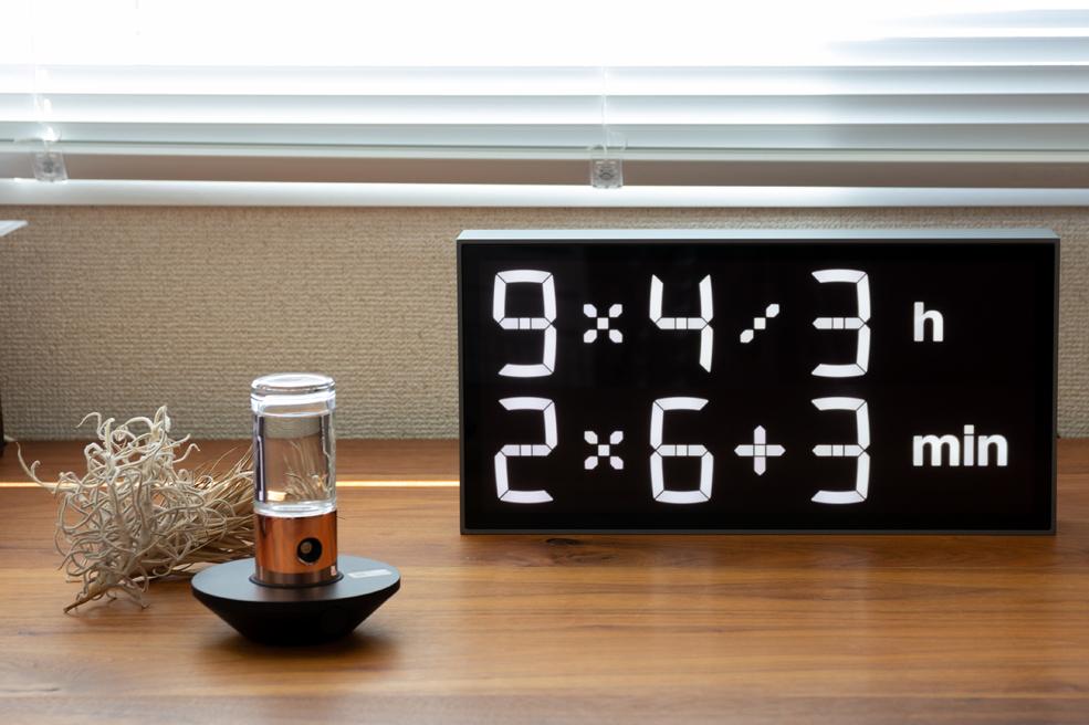 レベルとスピードの組み合わせ次第で、楽しみ方もいろいろ。ゲーム感覚で数式を解いて、時刻を割り出すデジタル置き時計 |Albert Clock