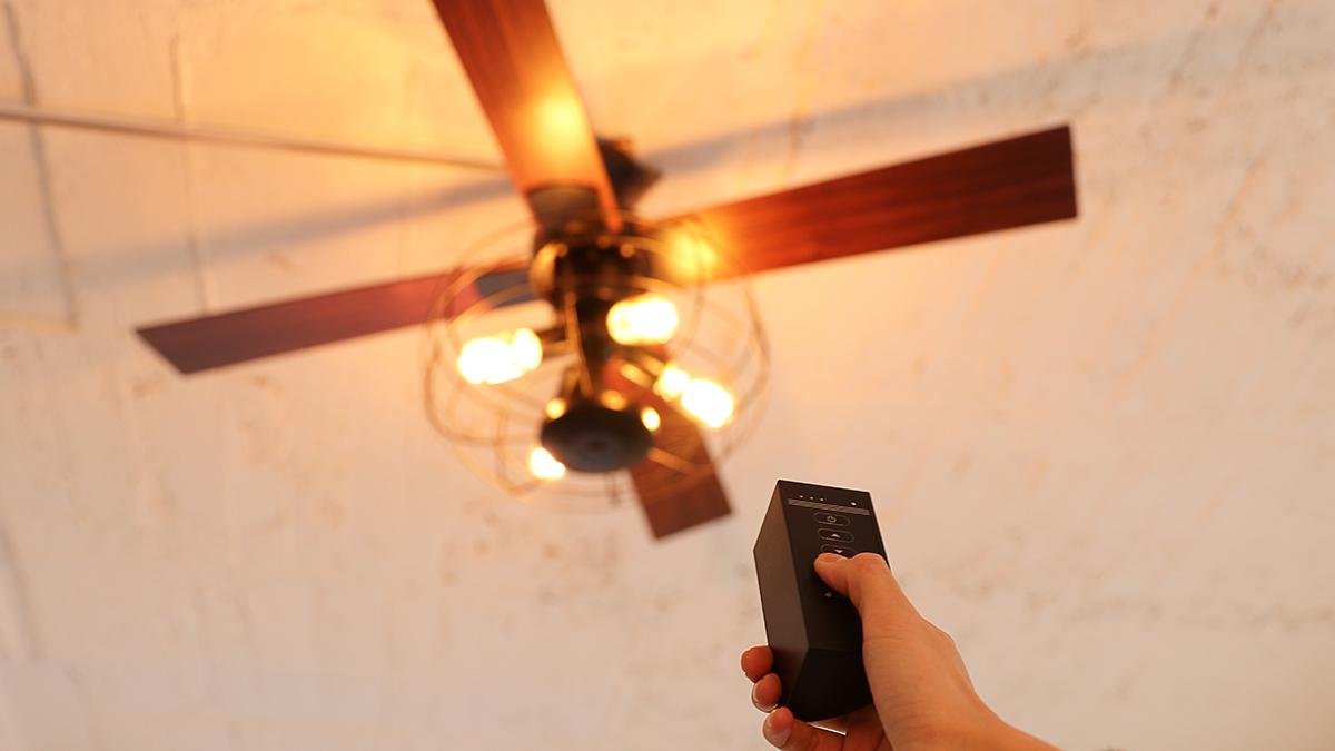 ドライバーで付属のネジを留めるだけだから工事要らず。室温ムラを解消して、風通しがいい家をつくるシーリングファン