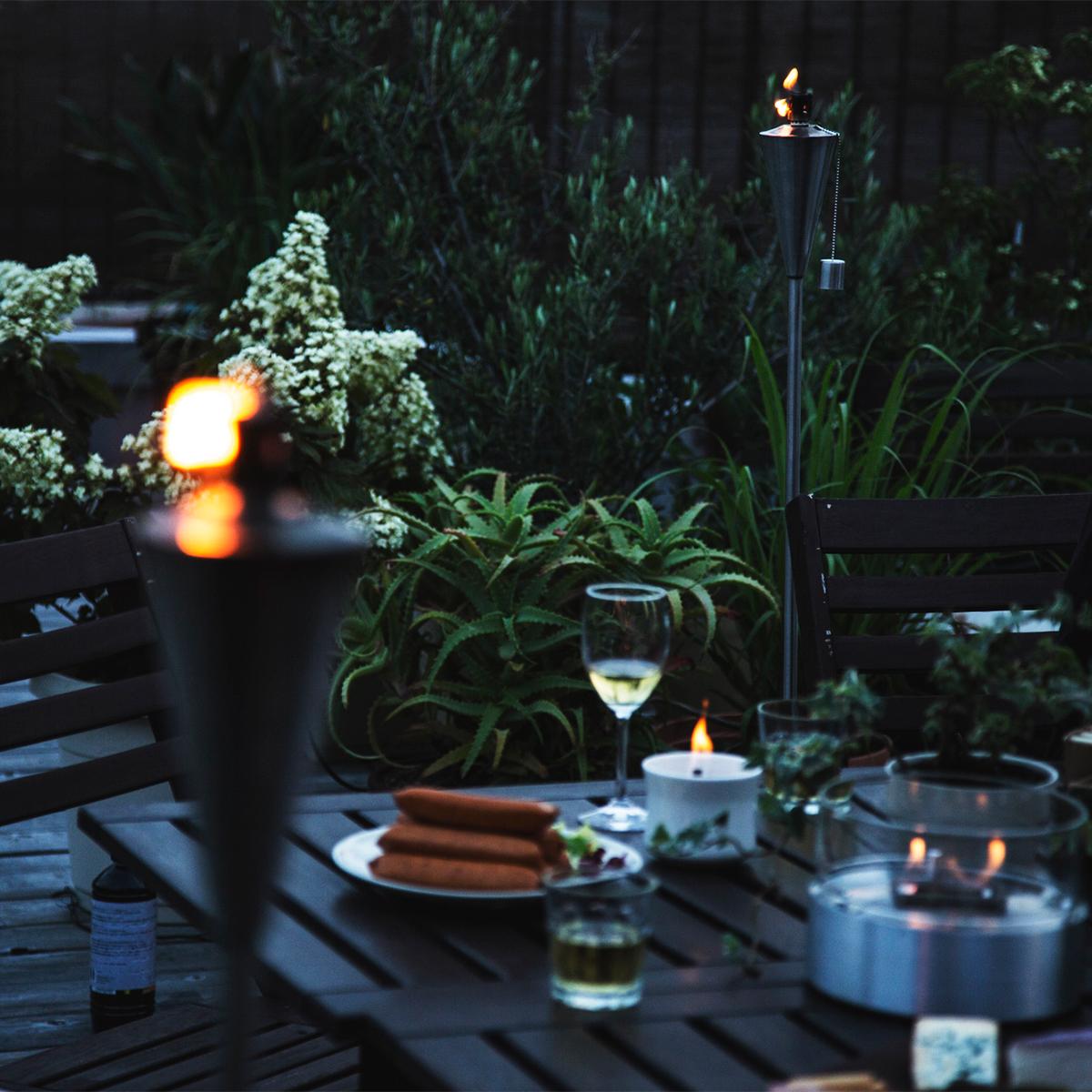 テーブルまわりの四方に配置すれば、アウトドアで自分たちのスペースづくりも叶う「オイルトーチ」| エープラス