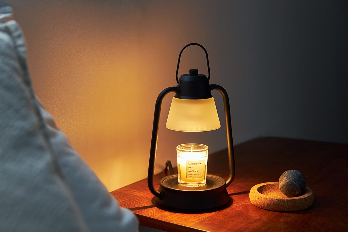 スイッチひとつで体も心もゆるめる時間へと変化。火を使わずにアロマキャンドルを灯せて、明かりと香りも楽しめる卓上ライト「キャンドルウォーマーランプ」|kameyama candle house