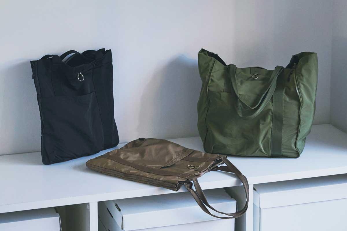 外側の生地は、落ち着いた光沢のあるタフタ織り。薄型トートバッグが大容量バッグに変身するバッグ|WARPトランスフォームジッパーバッグ