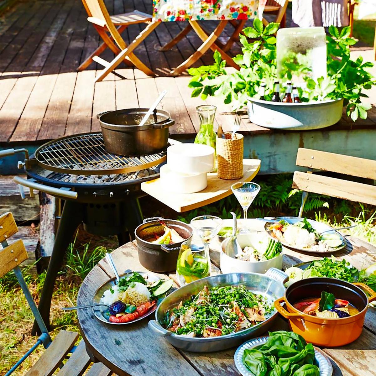 庭やベランダに置くだけで見栄えがする、重厚感のあるデザインの「BBQグリル」|SWINGGRILL