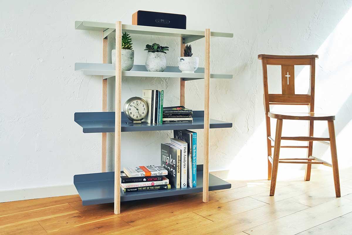 物はたくさん置けるのに、部屋の行き来をジャマしません。色違いの棚板を入れ替えるたびに、新鮮な空間づくりができる「シェルフ(棚)」DUENDE Marge Shelf(デュエンデ マージ シェルフ)
