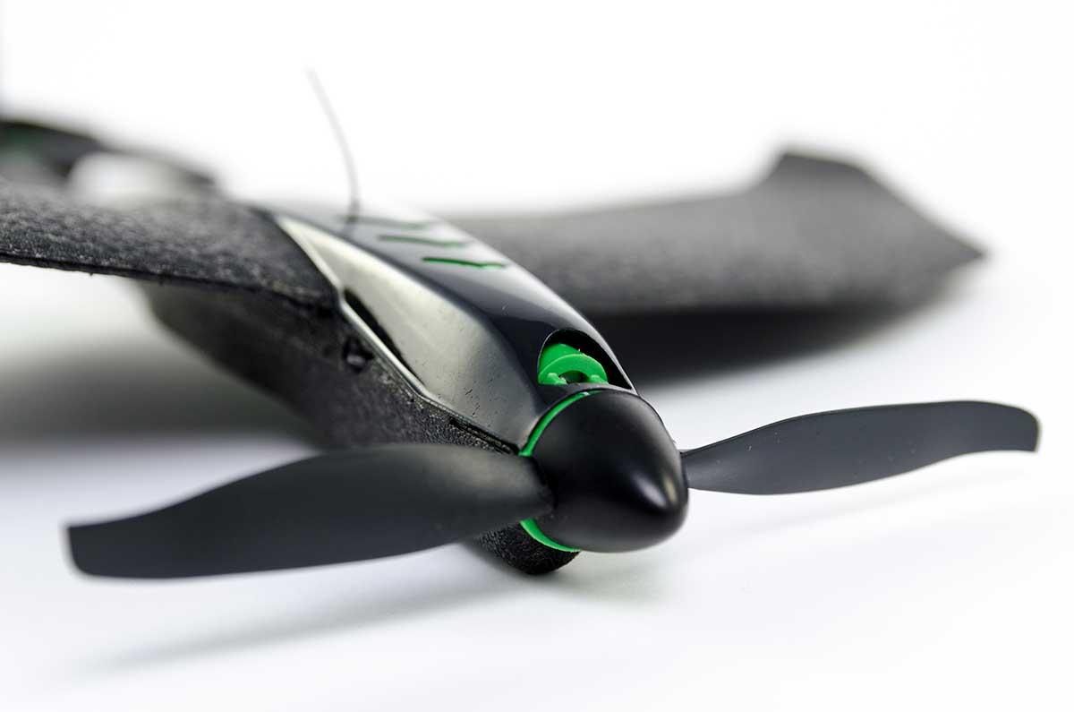 一番衝撃を受けやすいプロペラの先端には、特殊ゴムも装着済み。安心して何度も飛ばせる飛行機型ドローン|Toby Rich