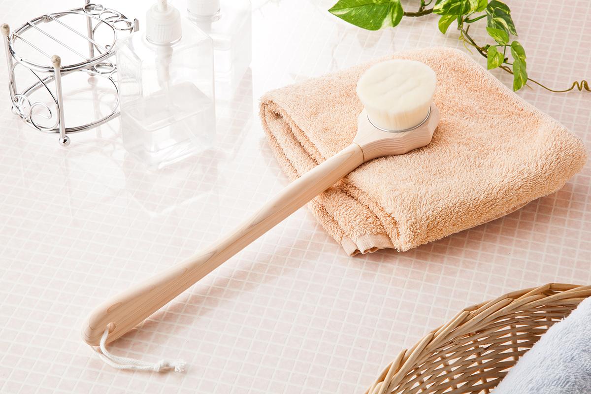 軽くなでる程度で小さな毛穴の汚れまで取り除いて、肌をツルツルにするボディーブラシ、フェイスブラシ。効果的に入浴するための7つの方法とグッズ|目の疲れや肩こりを解消、自律神経を整えたい方に