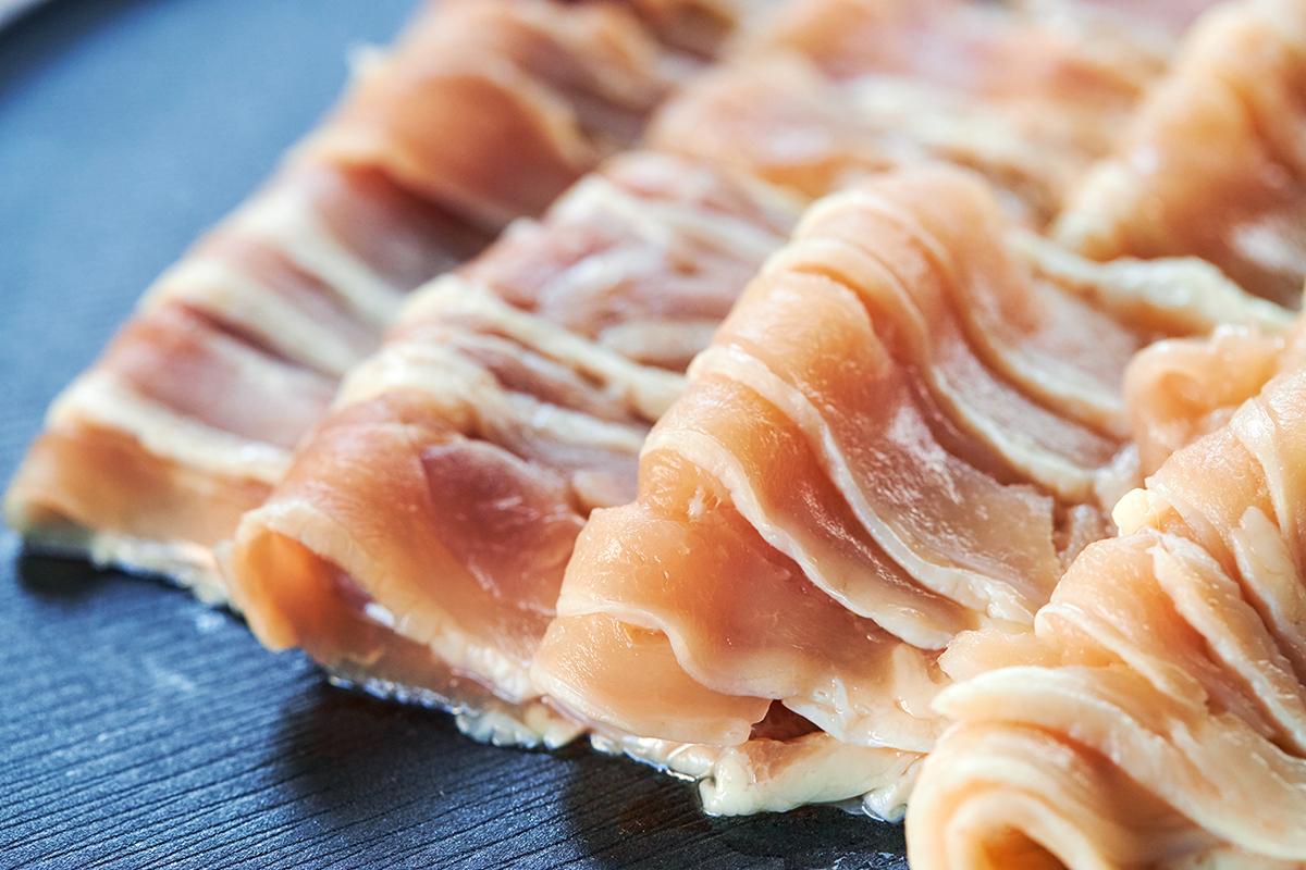愛知のブランド鶏加工メーカー『丸トポートリー食品』が、すべて自社グループによって作られた本品。飲めるポン酢&特製だし付き「名古屋コーチンしゃぶしゃぶセット(もも肉・むね肉)」|錦爽(きんそう)|丸トポートリー食品