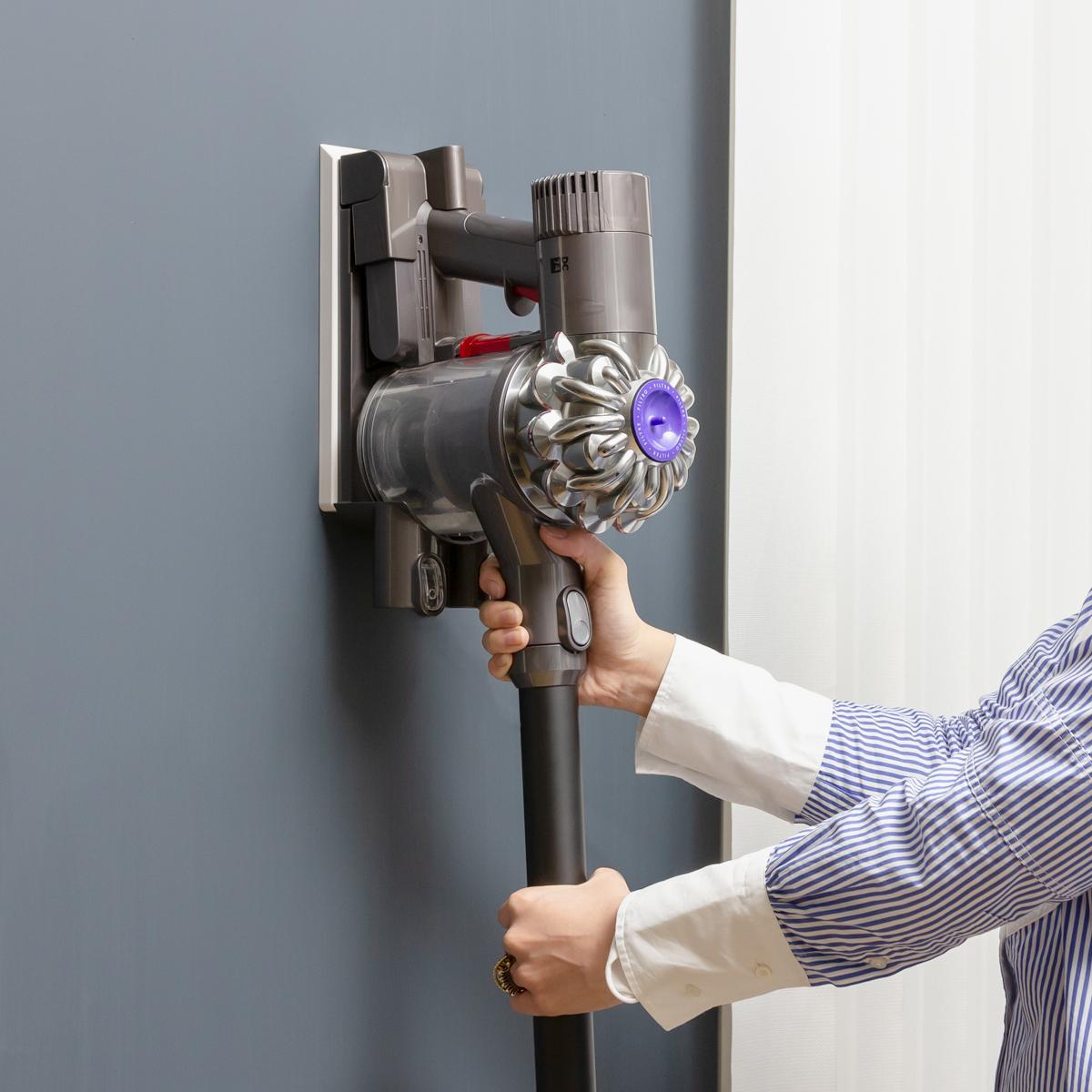 目についたゴミをすぐ吸いとる習慣で、部屋はグッとキレイに。コードレス掃除機をスマートに壁掛けできるフック|Pinde(ピンデ)
