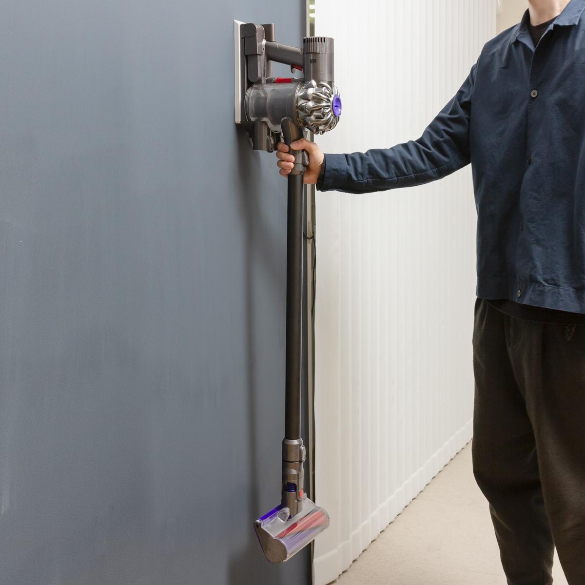 取り付けも簡単、頑丈性は折り紙つき、取り外しもスムーズ。穴が目立たない極細ピンで、コードレス掃除機をスマートに壁掛けできるフック|Pinde(ピンデ)