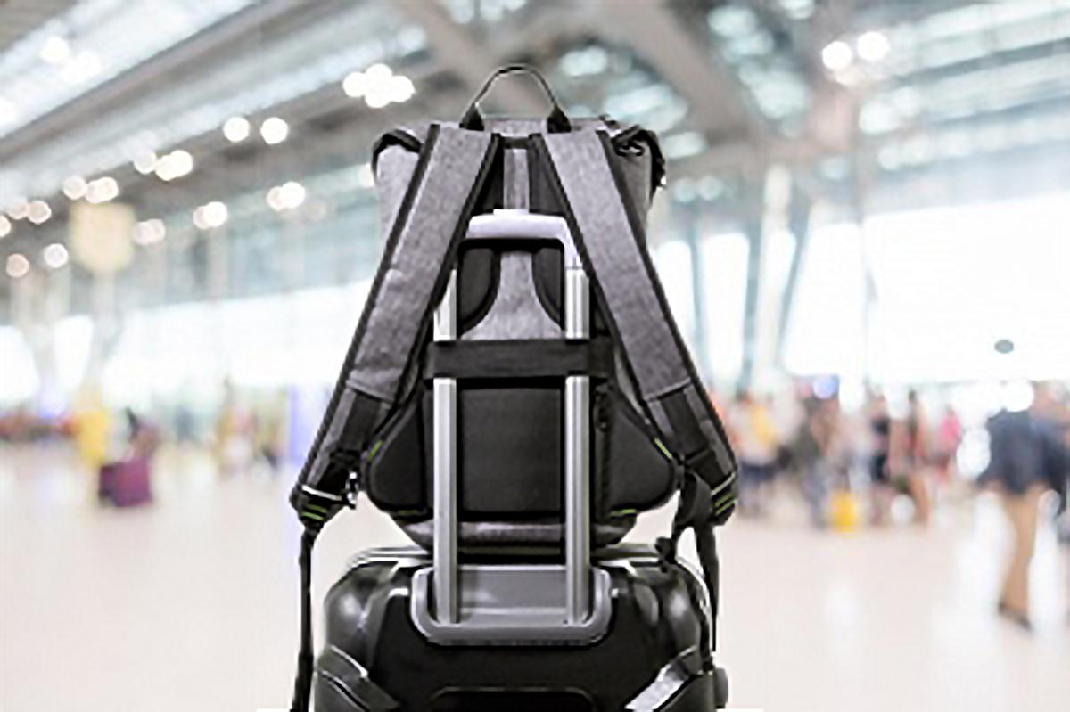 スーツケースに固定できるストラップも完備したハイテク収納の都会的なバックパック《DAYPACK》|Code 10(コードテン)