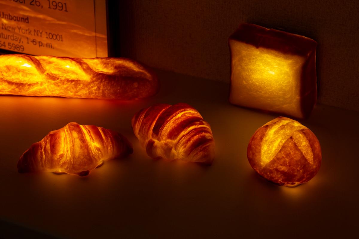 すべて手焼き&手作業による製作。本物のパンがそのままインテリアライトに!置くだけで明かりのオンオフができる「ライト・ランプ・間接照明」|モリタ製パン所「パンプシェード」