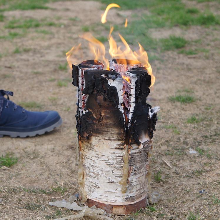 キャンパー(キャンプ愛好家)に、「ワンランク上の時間と世界観」と言わせた、キャンドル一体型で一発着火、肉も焼ける「スウェディッシュトーチ」|Swedish Birch Candle(スウェディッシュ バーチ キャンドル)