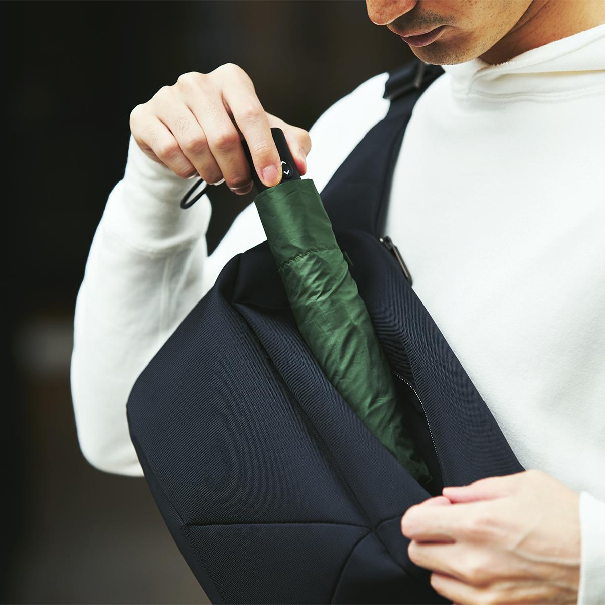 iPhone X(174g)よりも軽いので、バッグの中に入れっぱなしでも、重さはほとんど気になりません。親指1本でカンタン開閉、風に強く、丈夫な構造の「ワンタッチ開閉式折りたたみ傘」|VERYKAL