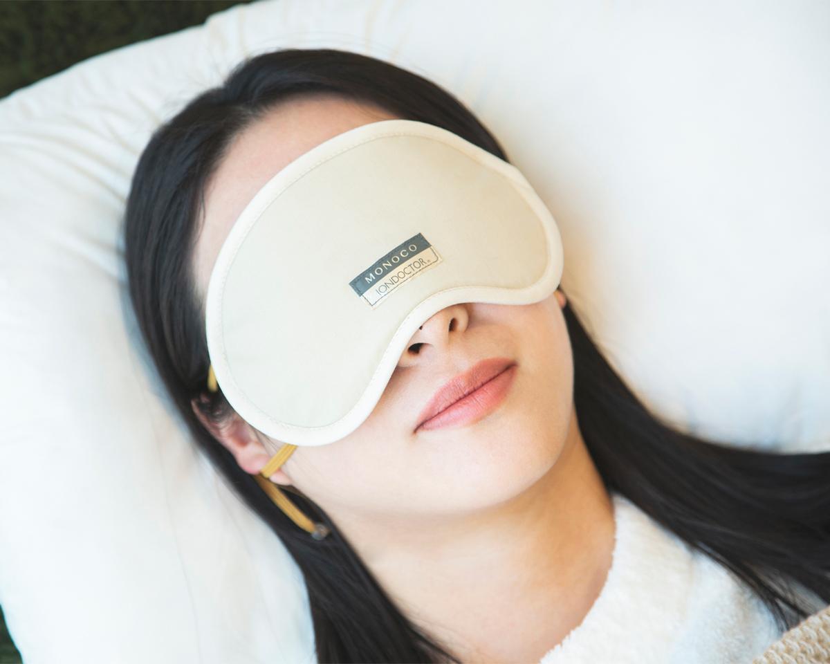 着けて寝るだけ、目元ホンワカ幸せ。働きすぎの目は温めてホンワカ幸せ。一晩中着けてもラクなシルクアイマスク| IONDOCTOR(MONOCO限定カラー)