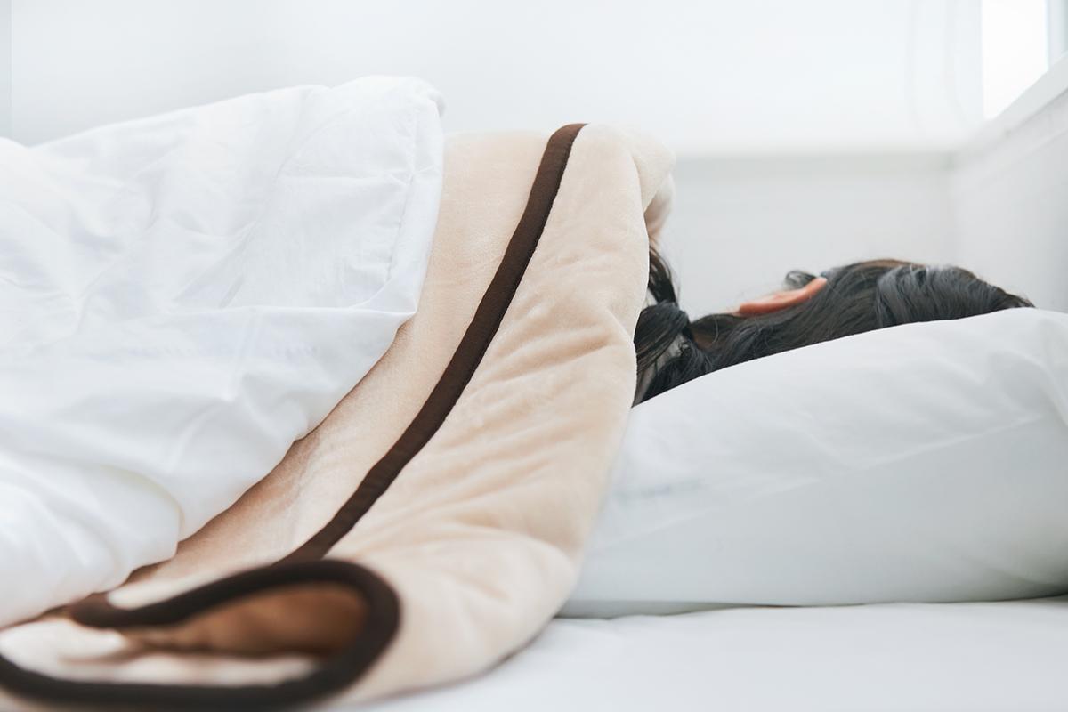 冷え込む夜も朝も快適で快眠できる。あなたの睡眠サイクルに合わせて、電源が自動オンオフ!洗濯機で丸洗いできる「電気毛布」|HEAT-CRACKER