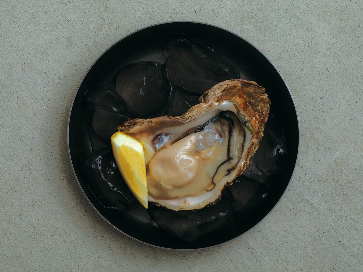 黒い器に盛り付けた食材は、輪郭が強調され、前に押し出されて見えるから見栄えがよくなる。落としても割れない、黒染めステンレスの食器(お皿)|KURO(96)クロ