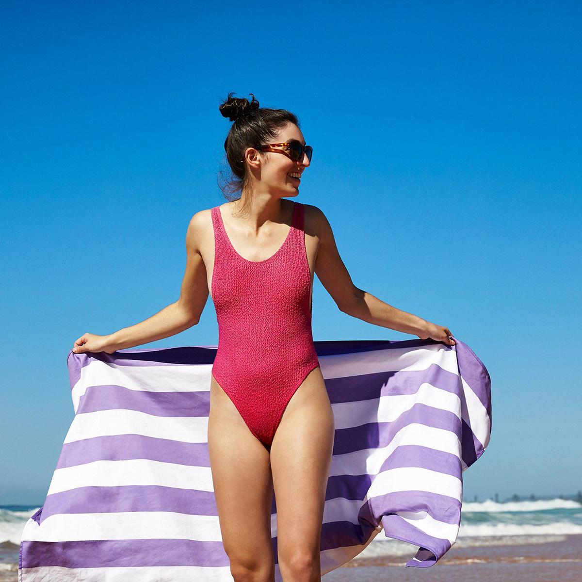 無類の旅好きが開発した、本当に満足できるタオル。水をサッと吸収、砂がつかないマイクロファイバー製のカラフルタオル(ビーチタオル)|DOCK & BAY
