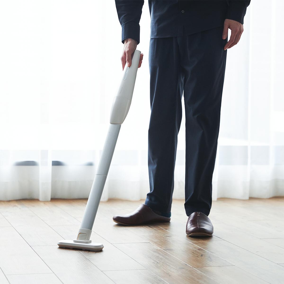掃除道具らしさを削ぎ落としたお洒落な見た目。リビングに馴染むデザイン、ゴミに気づいたら即ハイパワーで吸引できる「ハンディクリーナー」|MONTANC(モンタン)