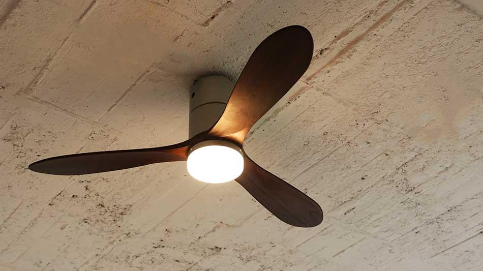 シックな色合い・シルバー室温ムラを解消して、風通しがいい家をつくるシーリングファン