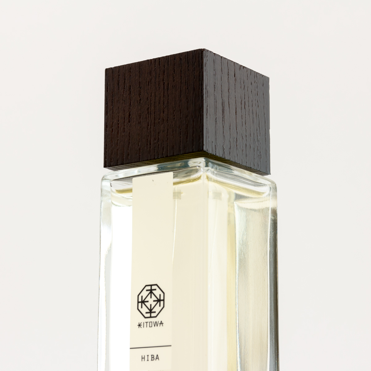 モダンなインテリアに似合うスクエアボトル|伝統の薫香技術が生む「香り」で、空間の模様換え。たった1本で気分を一新するリフレッシャーミスト(ルームフレグランス)|KITOWA