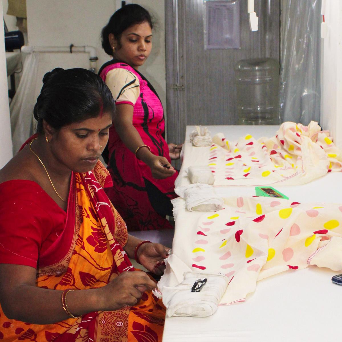インドの民族衣装のサリーにインスピレーションを受けた。彩り豊かな糸の染めや、柔らかな織りは、インドの工房で。「ストール・マフラー」|MOISMONT(モワモン)