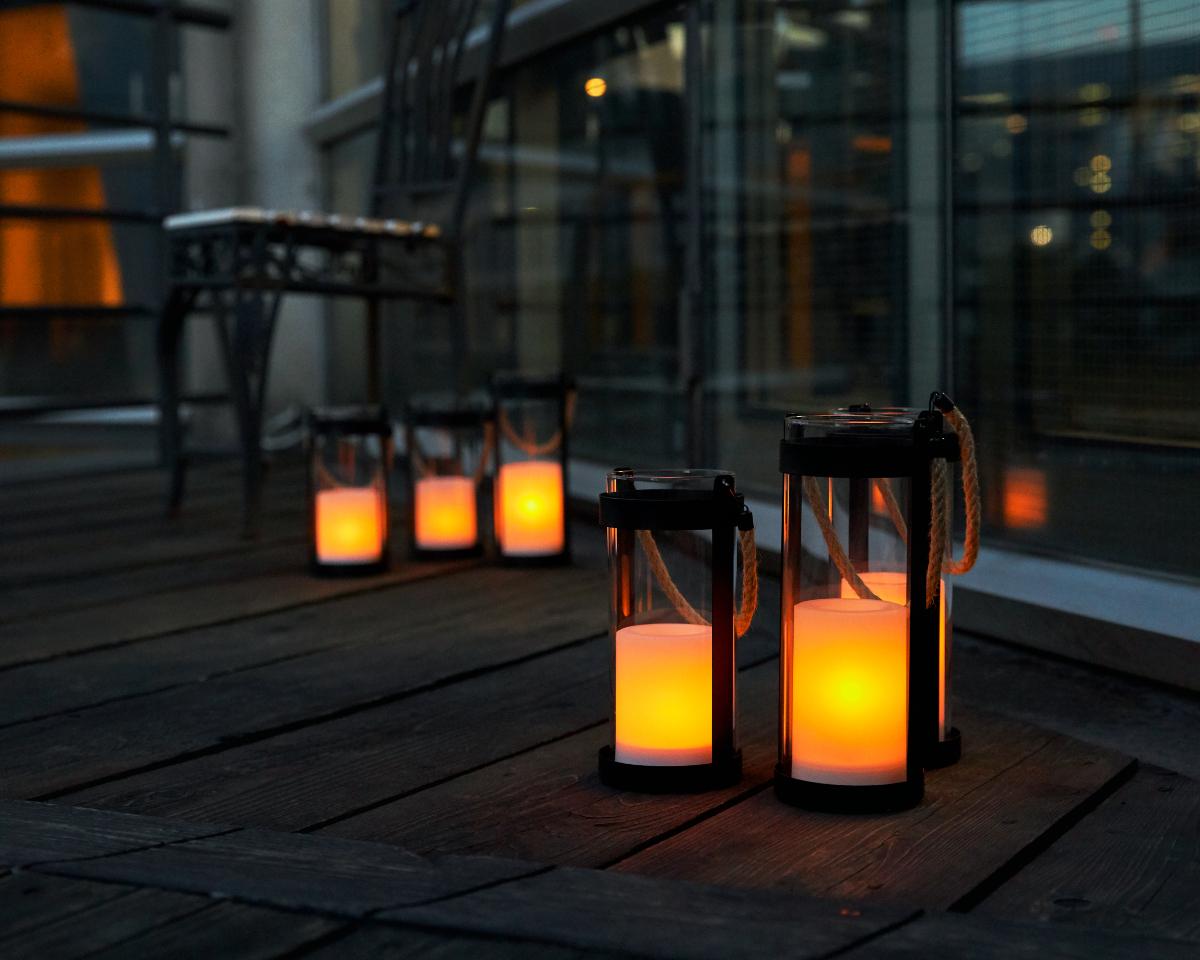 太陽が沈んで、あたりが暗くなってくると、なんと、自動で灯りがともるスグレモノ|暗くなったら自動で点灯、ソーラー充電式の「LEDガラスランタン」|Notte(ノッテ)