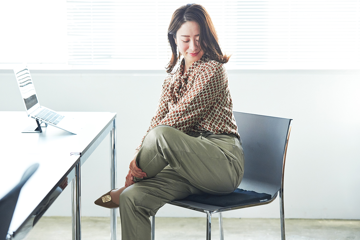 イスに置いて座ると、山型の凸部が、お尻の筋肉を柔らかく刺激。長時間のデスクワークも気持ちいい!ポリエチレン樹脂を編んだ「弾力凹凸マット」|リカバリーマット