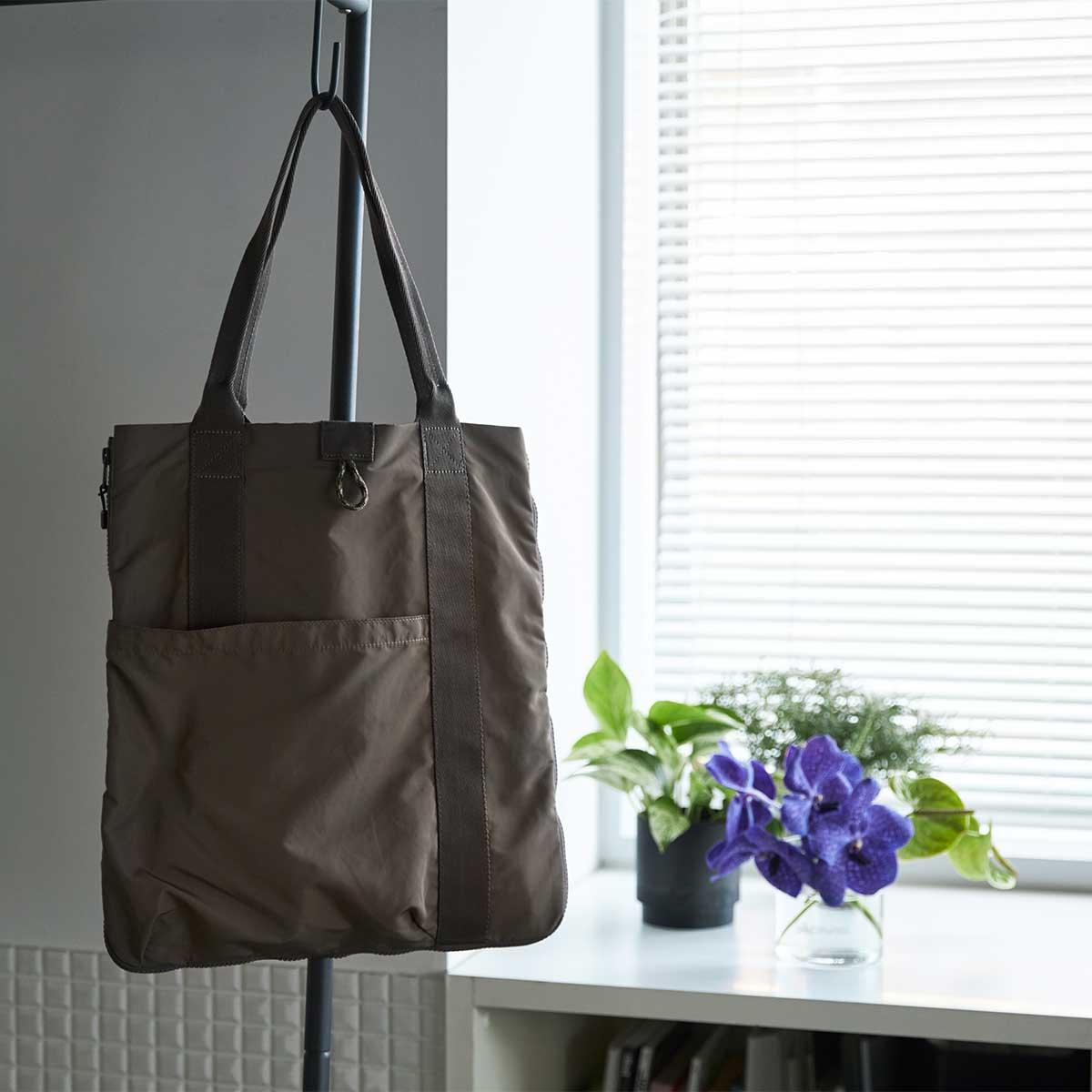 カフェでのリモートワーク、フリーアドレスのオフィスが増えてきて、仕事バッグをコンパクトにしたい人におすすめ。薄型トートバッグが大容量バッグに変身するバッグ|WARPトランスフォームジッパーバッグ