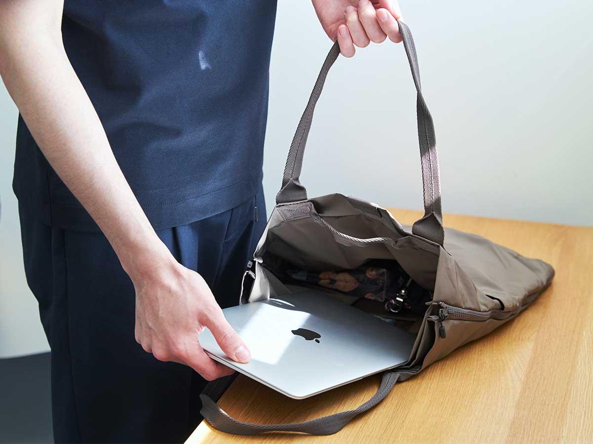 オフィスやカフェでの仕事へ、ノートPC、財布、スマホ、折畳み傘、マイボトルがぴったり収まる、容量2ℓです。薄型トートバッグが大容量バッグに変身するバッグ|WARPトランスフォームジッパーバッグ