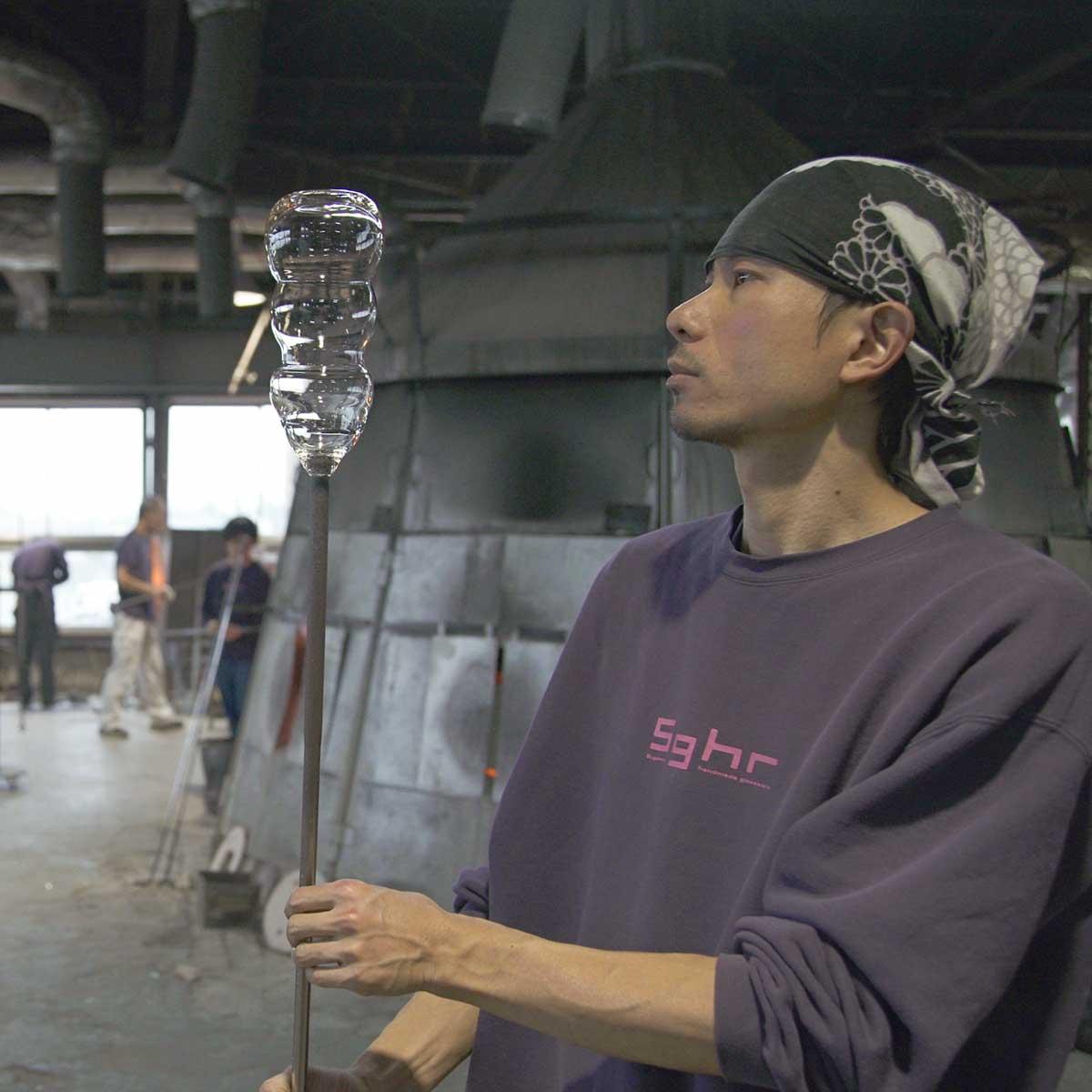 数十名の職人たちが息の合ったチームプレーでひとつひとつのガラスと向き合っている。持ちやすさ、使いやすさ抜群。丸みとくびれのあるお洒落なデザイン|双円(そうえん)のグラス