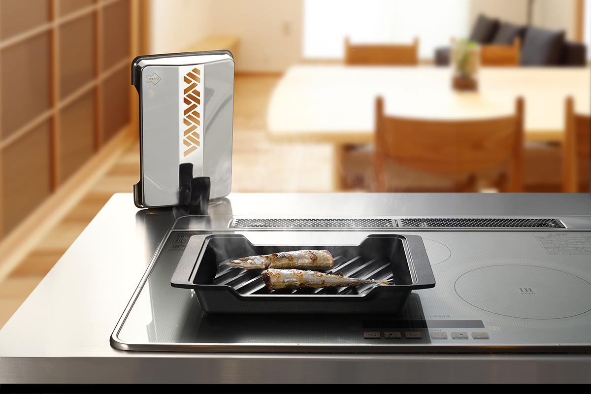 コンベクションオーブンのように、熱が魚を包んで、すばやく、ムラなく、焼き上げてくれる|極厚炭グリルでパリッ、ふわっ、旨っ!コンロで手軽な「魚焼き器」|新潟・燕三条のオークス製の大人の焼魚 炭グリル