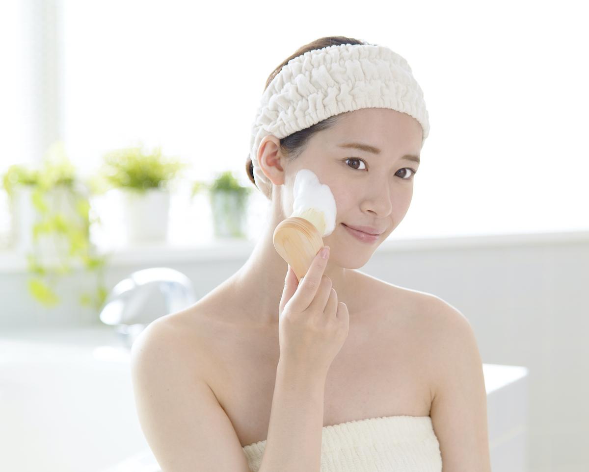ヒノキの毛穴の汚れを優しく落としてくれる洗顔ブラシ